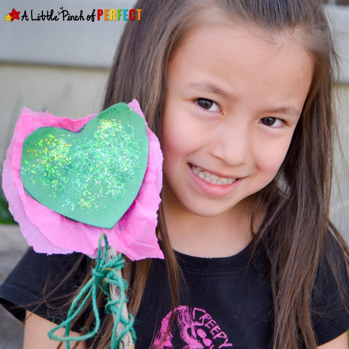 Emeraldalicious Sparkle Wand Nature Craft for Earth Day so kids have magic powers like Pinkalicious to turn recycle garbage into something new (Kids craft, Heart, Victoria Kann)