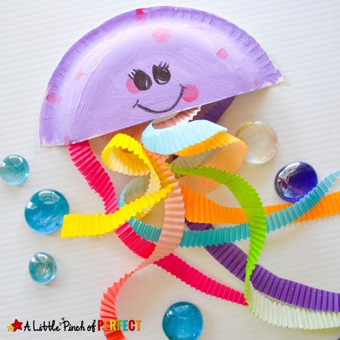 Jiggling Jellyfish Cupcake Liner Craft for Kids: Easy and mess free ocean themed craft to make (summer, sea life)