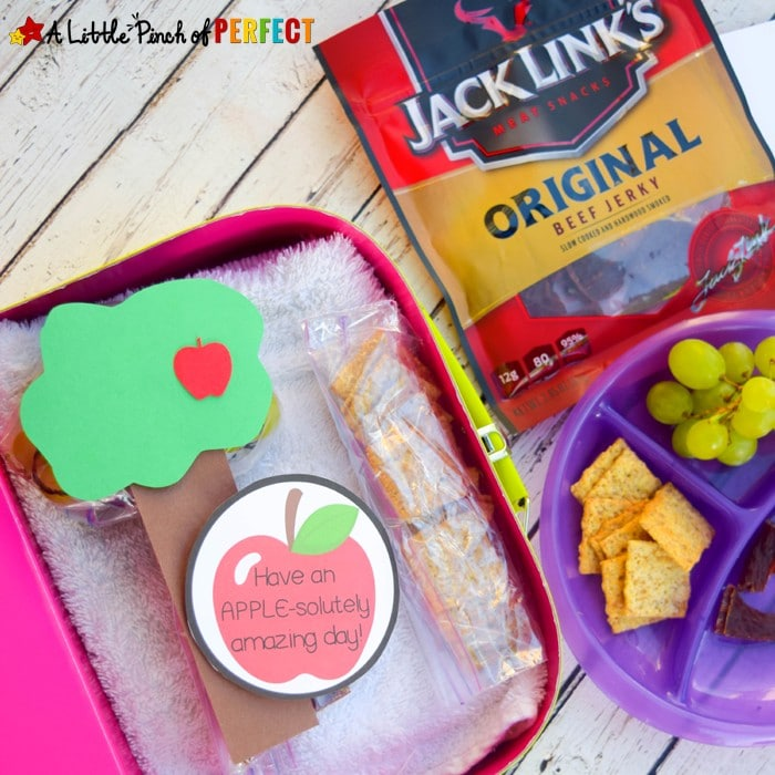 Apple Tree Lunchtime Craft and Free Printable Lunch Notes: Cute lunchbox idea for parents to send kids to school with a lunch that's fast to pack and won't spoil. Includes APPLE-solutely adorable apple themed printables. (Back to school, lunchbox, fall, apples) #sponsored #HangryHacks