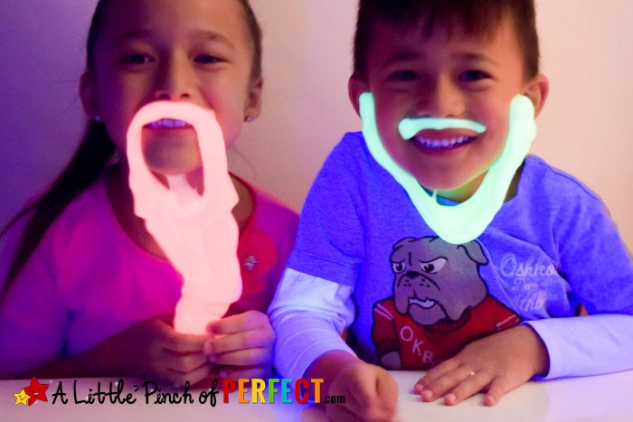 How to make Glow in the Dark Slime (#slime #sensoryplay #kidsactivity #halloween)