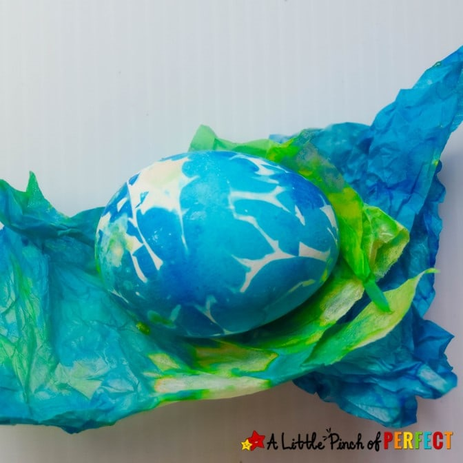 All you need is tissue paper to get beautiful Easter eggs. This easy egg decorating technique is fun for kids and adults and the eggs turn out full of color in a few easy steps. #kidsactivity #kidscraft #easter #eastereggs